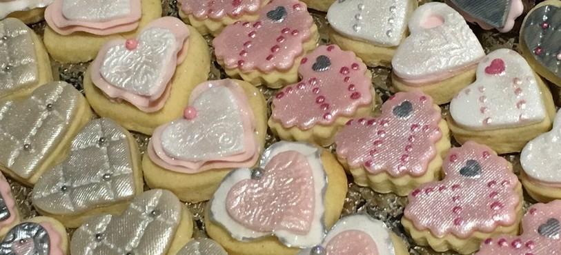 Des biscuits en forme de coeurs.