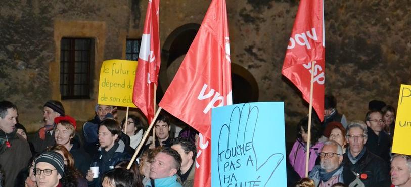 Quelques centaines de personnes dans la cour du Château de Neuchâtel.