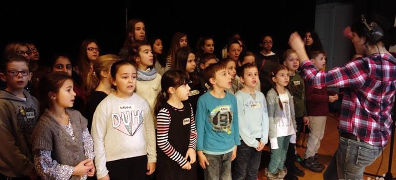 Les enfants chantent pour l'éducation