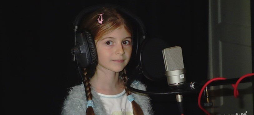 Enfant face au micro