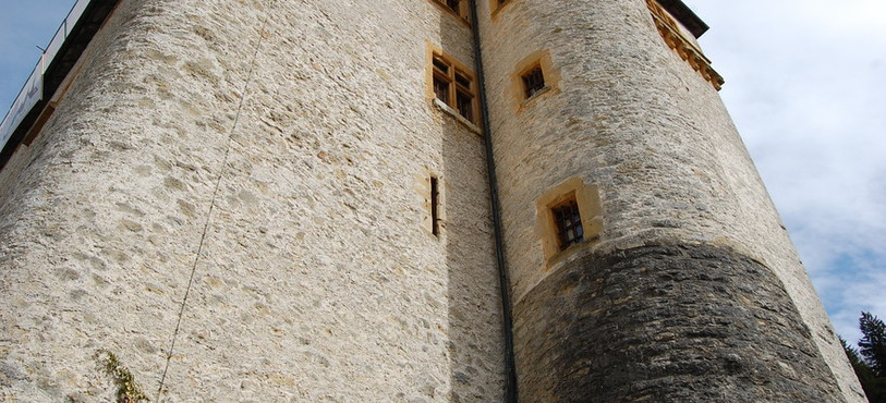 Au pied du château.