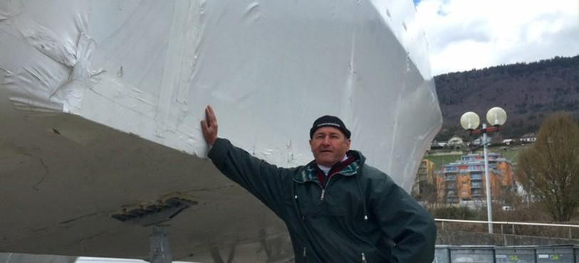 Jean-Claude Hofer, Garde-Port à Hauterive, s'appuie sur le plus gros yacht stationné à Hauterive.