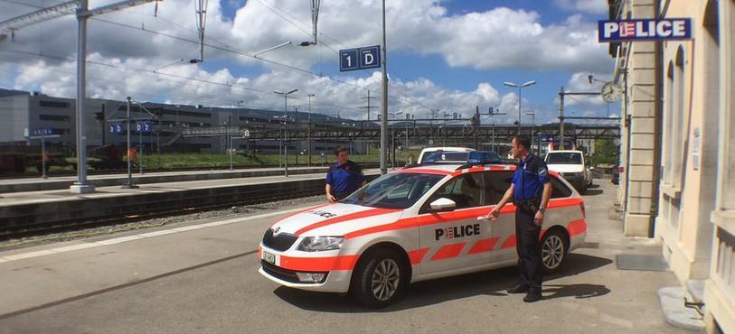 Inauguration d'un local de 50 mètres carrés en gare de Delémont. Ce lieu servira à la police cantonale jurassienne, à la police municipale de Delémont, à la police des transports CFF ainsi qu'aux corps des gardes-frontières.
