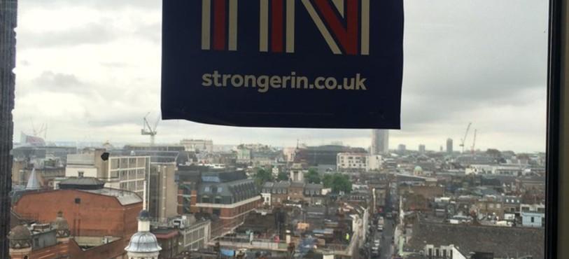 Brexit: tout support est bon pour faire campagne comme ici dans un bureau londonien. Photo: Chiara Valsangiacomo