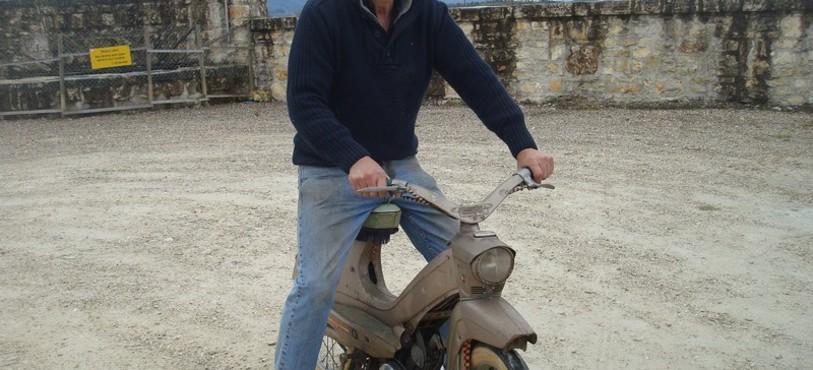Gaby sur le cyclomoteur Peugeot 104