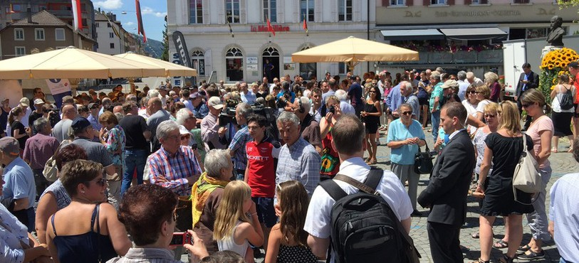 Plusieurs centaines de personnes ont fait le déplacement à la Place du Marché de St-Imier pour rencontrer le Conseil fédéral.