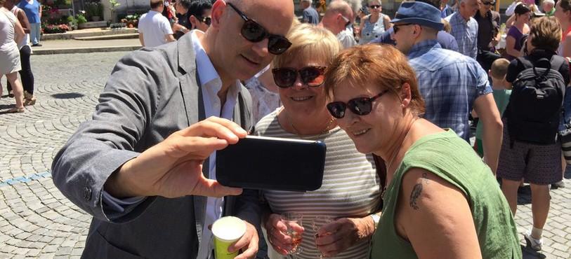 Le conseiller fédéral Alain Berset se prête sans hésiter au jeu des selfies.