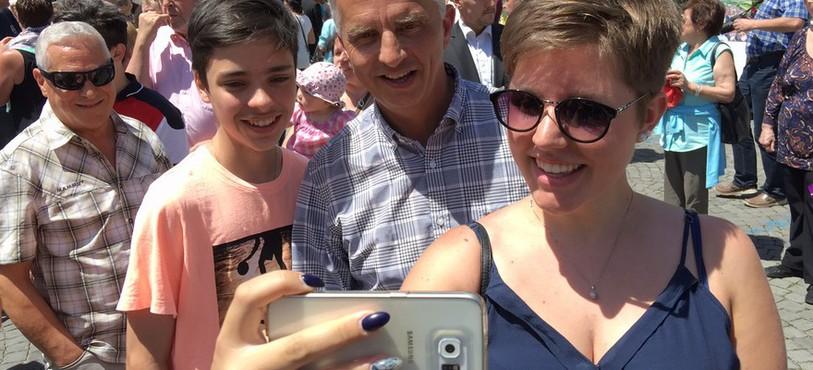 Le conseiller fédéral, Didier Burkhalter, s'est prêté au jeu des selfies.