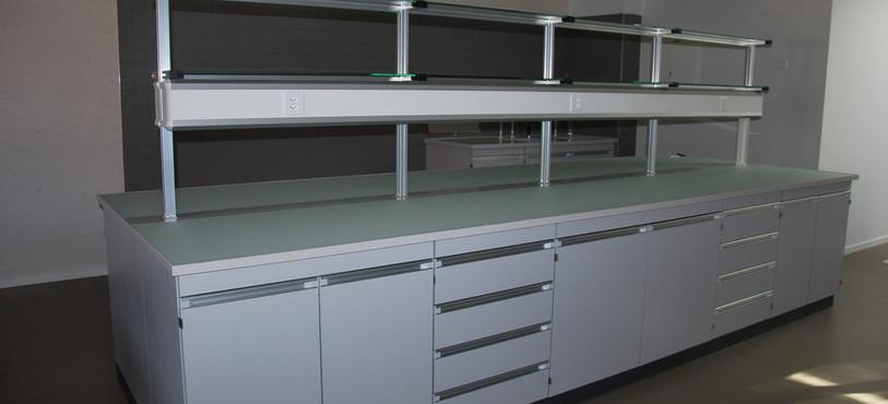 Les nouveaux laboratoires de sciences.