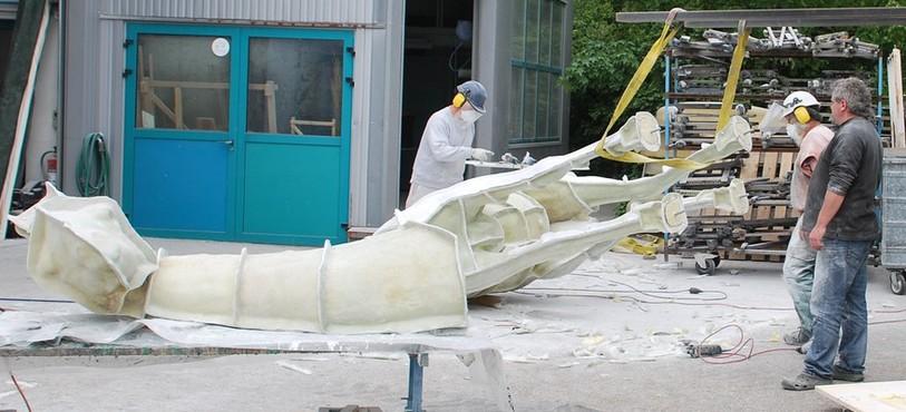 Christian Schneiter et son équipe construisent un moule pour y couler le polyester.
