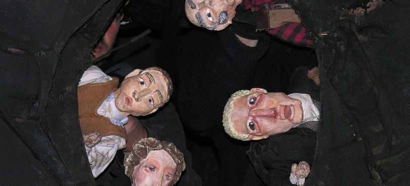 Comédiens et marionnettes créent la magie dans les mines d'asphalte
