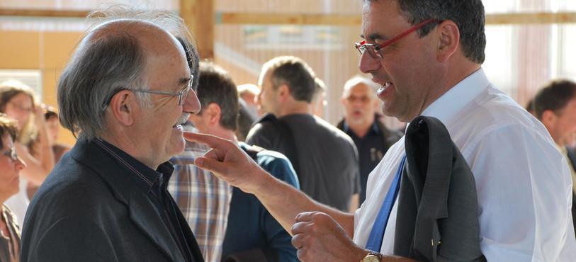 Le Conseiller d'Etat Thierry Grosjean en pleine discussion avec le député socialiste Frédéric Cuche