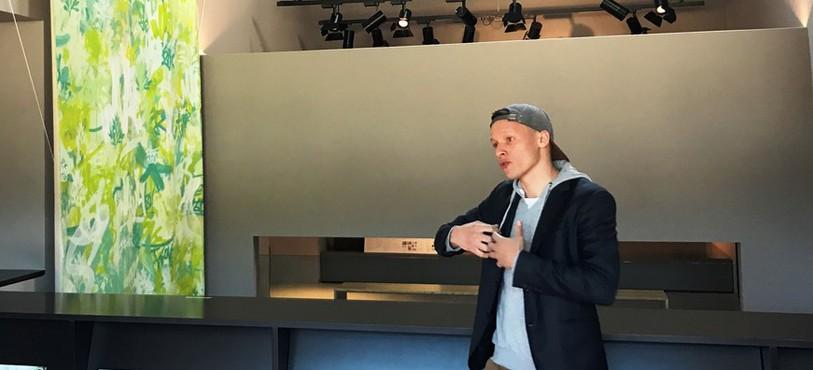 L'artiste Benjamin Locateli devant sa toile de 8 mètres.