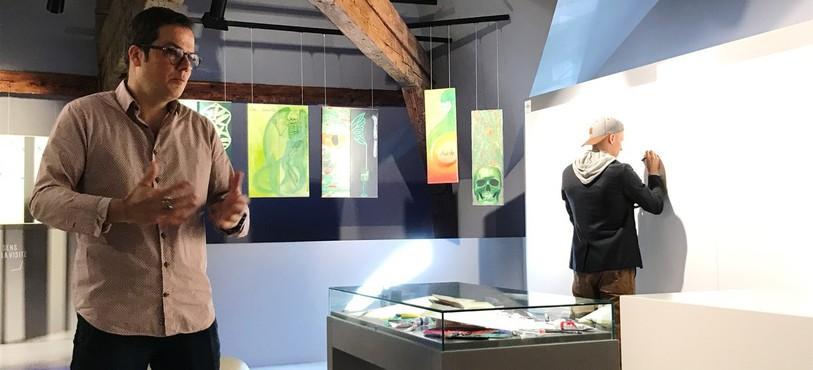 Yann Klauser, directeur de la Maison de l'absinthe, et au fond, l'artiste Benjamin Locateli au travail.