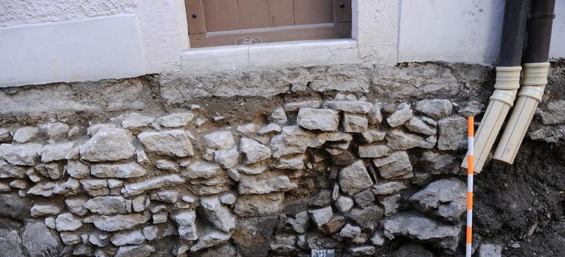St-Ursanne, Vieille Ville. Fondations maçonnées d'anciens bâtiments à la rue du Quartier. Photo: OCC-SAP