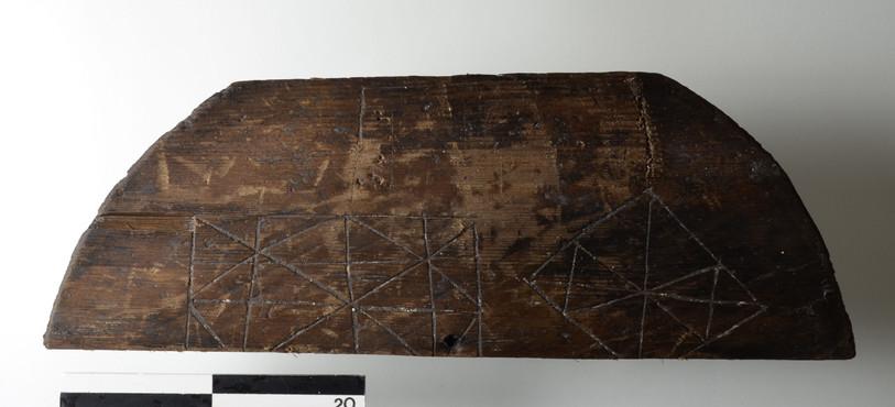St-Ursanne, Vieille Ville.Jeu d'alquerque (ancêtre du jeu de Dame) gravé sur un couvercle de tonneau. Moyen-Age. Photo: OCC-SAP