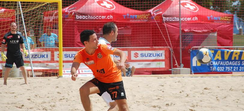 Le BSC Lions Riviera (en orange) est la seule équipe romande de beach soccer