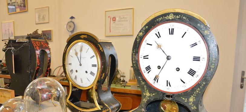 Des pendules restaurées au Carillon d'Or à Cortaillod.