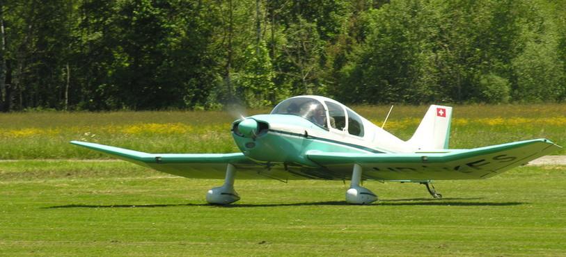 Le Jodel décolle de l'aérodrome de Môtiers