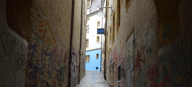 La fresque tapissera les murs de cette ruelle du centre-ville de Neuchâtel