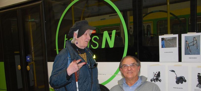 Muriel Banon et Alain Friedriech ont sensibilisé les conducteurs des Transports publics neuchâtelois aux difficultés rencontrées par les personne à la mobilité ou à la vision réduite.