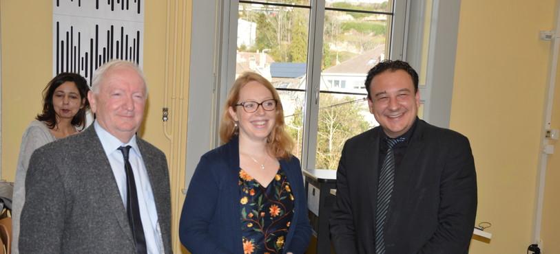 """Isaline Deléderray-Oguey, entourée de Roland Debély et de Jean-Nat Karakash, a reçu le prix Salut l'étranger au nom du programme """"Français pour tous"""" de l'Université de Neuchâtel."""