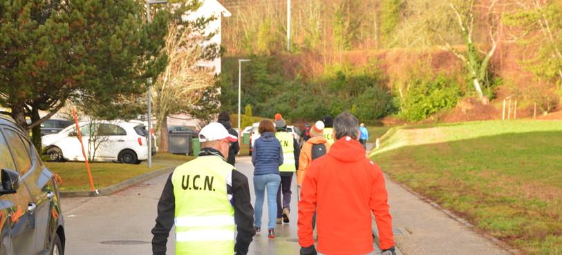 Les marcheurs en route vers La Tourne.