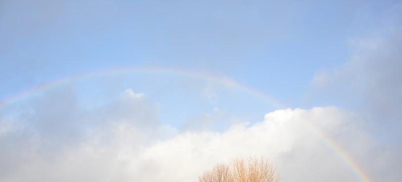 Un arc-en-ciel accompagnait les marcheurs lundi matin au-dessus de Colombier.