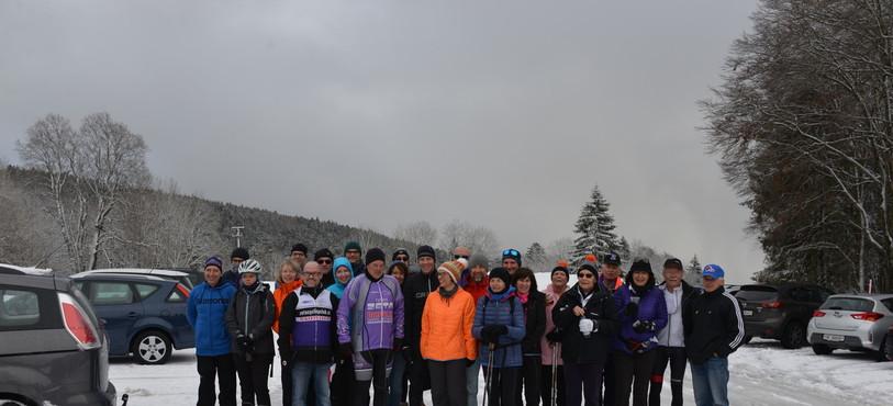 Marcheurs et cyclistes à leur arrivée à La Tourne.