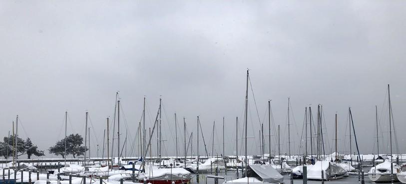 La neige et la glace se sont emparées du port de Neuchâtel.