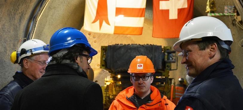 Les opérations sont lancées en présence de Fridolin Wicki, directeur de swisstopo, Paul Bossart, directeur du Laboratoire, et Pascal Mertenat, président de la commission de suivi