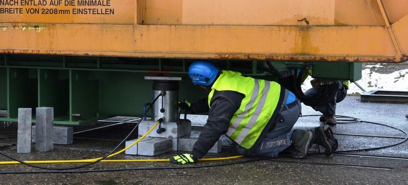 Les ouvriers installent les vérins hydrauliques