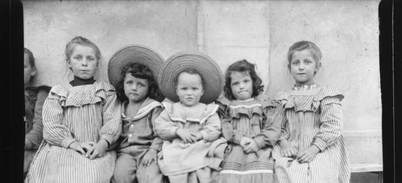 Numérisation des photographies Eugène Cattin_137 J 001-3095 pour le service des archives du Jura (Suisse). La numérisation est effectuée à partir de tirages noir/blanc qui proviennent de plaques de verre.