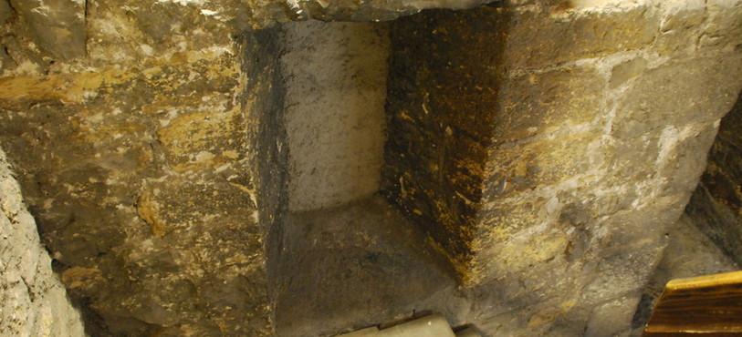 La fenêtre, aujourd'hui condamnée, par laquelle Benedetto da Piglio a tenté de s'enfuir en 1415.