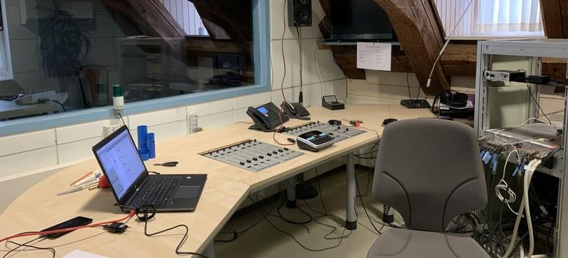 on éventre les murs pour retirer les câbles, les souder pour les rallonger et les rebrancher à l'étage pour le studio temporaire