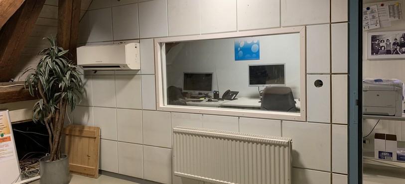une vitre a été posée sur la paroi qui séparera le studio de la régie vidéo