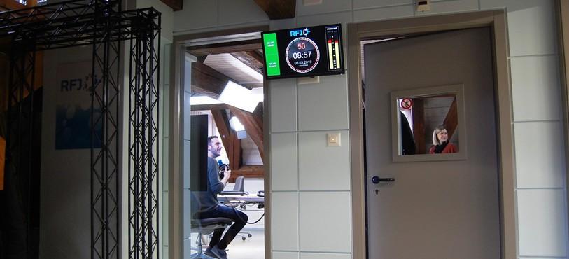 Il y a désormais un écran de contrôle devant le studio