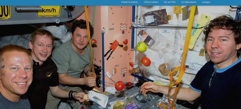 Dans la Station spatiale internationale (ISS). Menu gastronimoique scotché… avec de tout. Sauf le pain ! Attentionaux miettes.