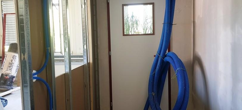 l'encadrement de la porte du studio d'enregistrement a été refermé
