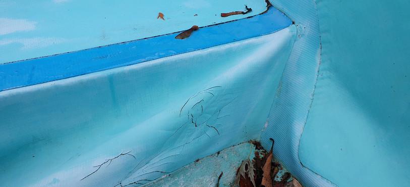La Piscine des Combes a besoin d'une rénovation: ici les fissures du liner