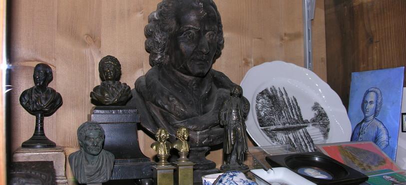 Vitrine du Musée Rousseau à Môtiers
