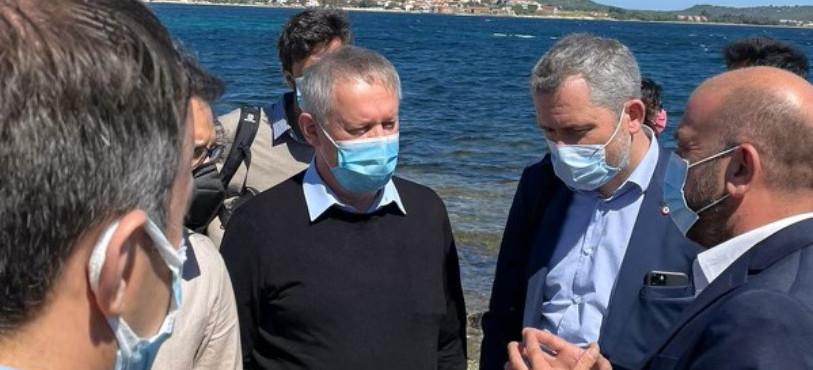 Pierre-Alain Fridez (en centre de l'image, habillé en noir) s'est rendu au camp de réfugiés à Lesbos. (Photo : Pierre-Alain Fridez).