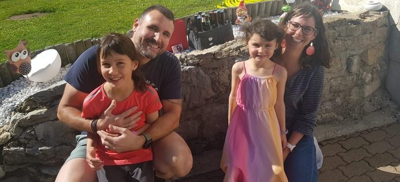 Régis, sa femme Émilie et leurs adorables filles