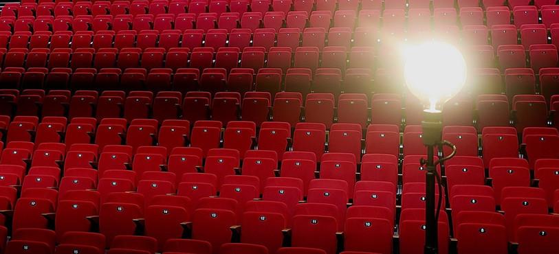 Les sièges rouges du Théâtre du Jura