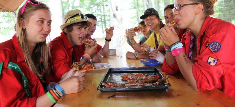 Des scouts dégustent la pizza maison