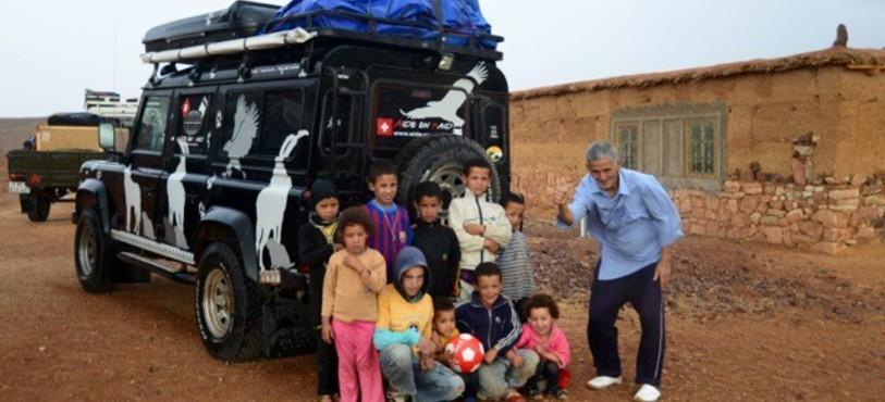 Des Marocains ravis de voir arriver les 4X4 d'Aide-en-Raid. Photo Roland Burkhard