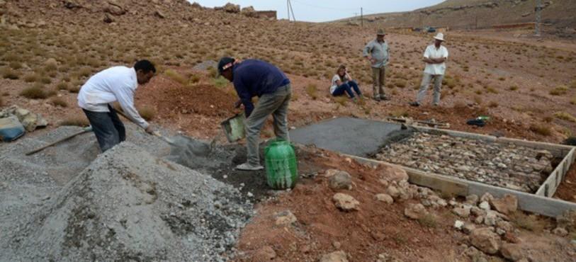 Une dalle en béton est coulée avant l'installation de la pompe à eau solaire. Photo Roland Burkhard
