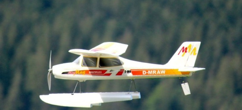 Un avion modèle réduit.
