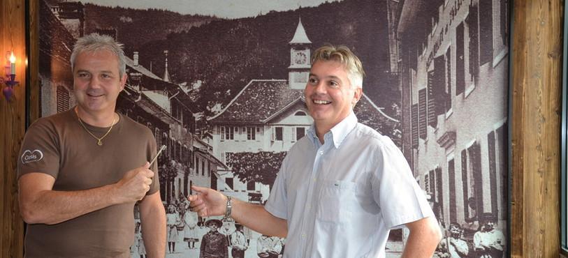 Le gérant Fabien Mérillat (à gauche) reçoit symboliquement la clé du propriétaire Vincent Schaller