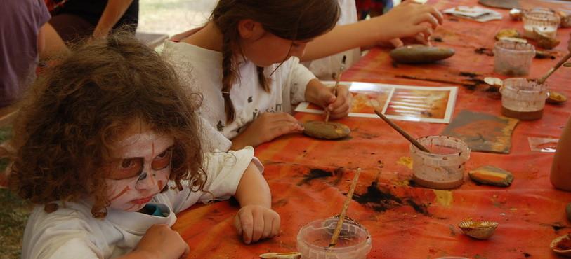 Atelier de peinture sur galets au Laténium